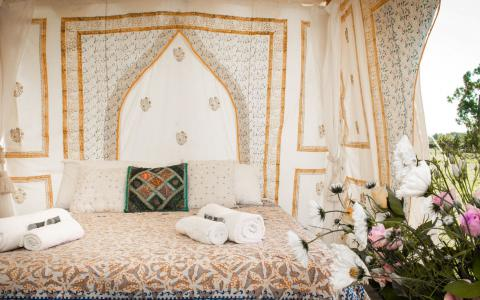 Pilton Manor Boutique Glamping for the Glastonbury Festival, Bedi fresh cut flowers